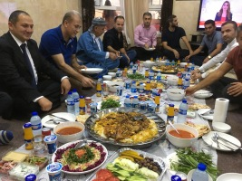 Kurdisk gjestfrihet er den same overalt. Den norske KDP-representanten Amir Doskin inviterte oss heim til familien hans i Dehouk.
