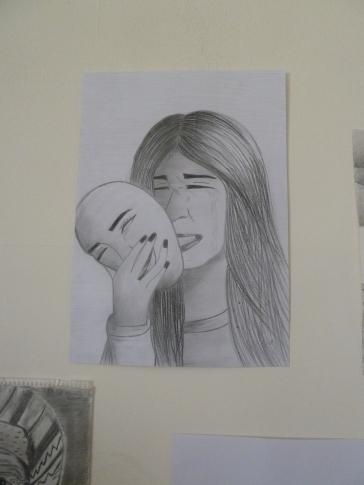 Tegnekonkurranse på skolen. Bak den smilende maska bærer hun på dyp sorg.